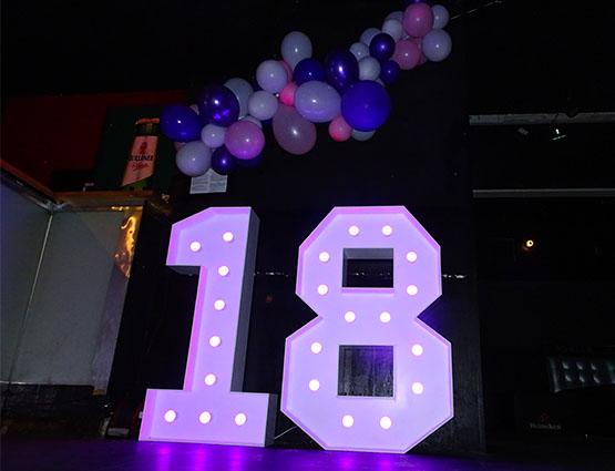 XXL Leuchtende Zahlen 18, Leuchtende LED Hochzeitsdekoration XXL mieten, rund um Ihre Hochzeit, Weddingplaner, Hochzeitsplanung, 18. Geburtstag Deko, Hochzeitstag Dekorstion mieten, Geburtstagparty