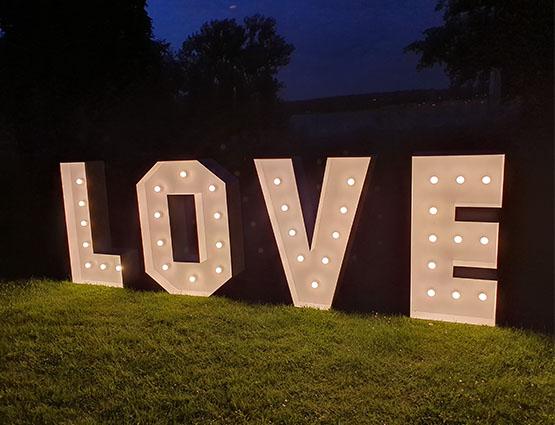 Leuchtbuchstaben Love XL mieten, Love Buchstaben 1,2m mieten Berlin Alles für die Hochzeit, Hochzeitstdekoration mieten Berlin, Hochzeitsdekoration mieten, Hochzeit mieten, rund um die Hochzeit