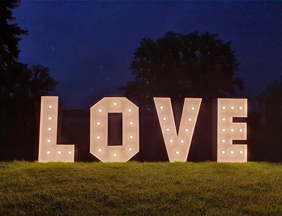 XXL Leuchtbuchstaben Love mieten, Love Buchstaben 1,2m mieten Berlin Alles für die Hochzeit, Hochzeitstdekoration mieten Berlin, Hochzeitsdekoration mieten, Hochzeit mieten, rund um die Hochzeit