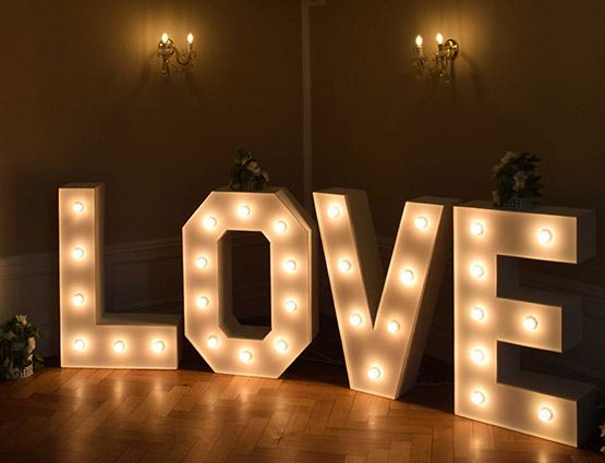 XXL Leuchtende Love Buchstaben mieten - Hochzeitstdekoration mieten Berlin - Hochzeitsdekoration mieten - Hochzeit mieten - Rund um die Hochzeit