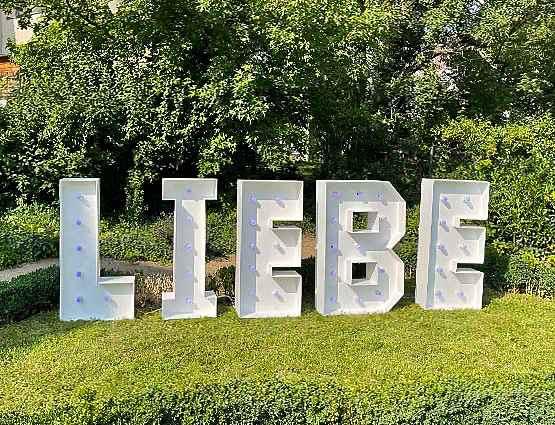 XXL Buchstaben Liebe, Liebe XXL; LED Liebe Buchstsben, LOVE Buchstaben, Rund um Ihre Hochzeit, rund-um-ihre-hochzeit.de. Hochzeitsbogen Berlin, freie Trauungpsd