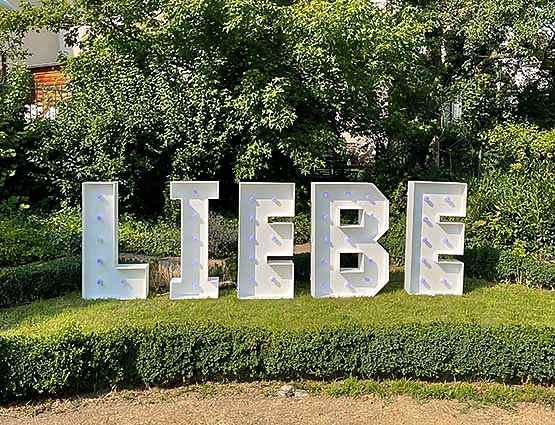 XXL Buchstaben Liebe mieten, Liebe XXL; LED Liebe Buchstsben, LOVE Buchstaben, Rund um Ihre Hochzeit, rund-um-ihre-hochzeit.de. Hochzeitsbogen Berlin, freie Trauungpsd